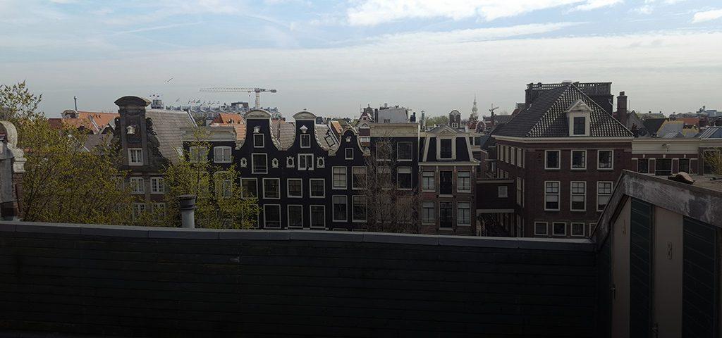 verbouw van een herenhuis tot luxe appartementen op de 'Amsterdamse Wallen'.